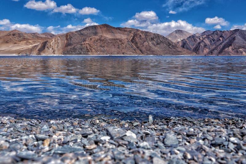 Blått vatten med royaltyfri bild