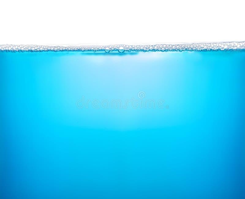 Blått vatten med skum eller tvål arkivbild