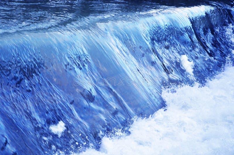 Blått vatten och en vattenfall på floden royaltyfria foton