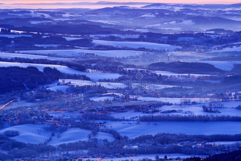 Blått vinterlandskap, trädskog med snö, is och rimfrost Rosa morgonljus för soluppgång Vinterskymning, kall naturskog royaltyfria bilder