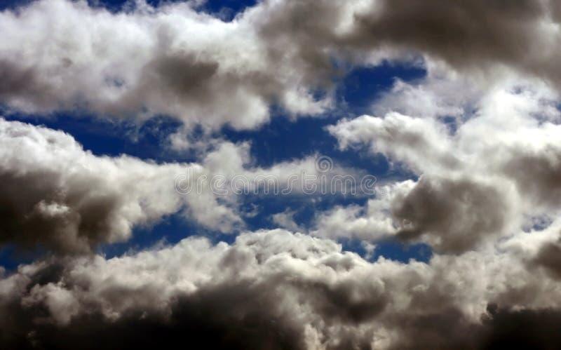 Blåttsky med moln arkivbilder