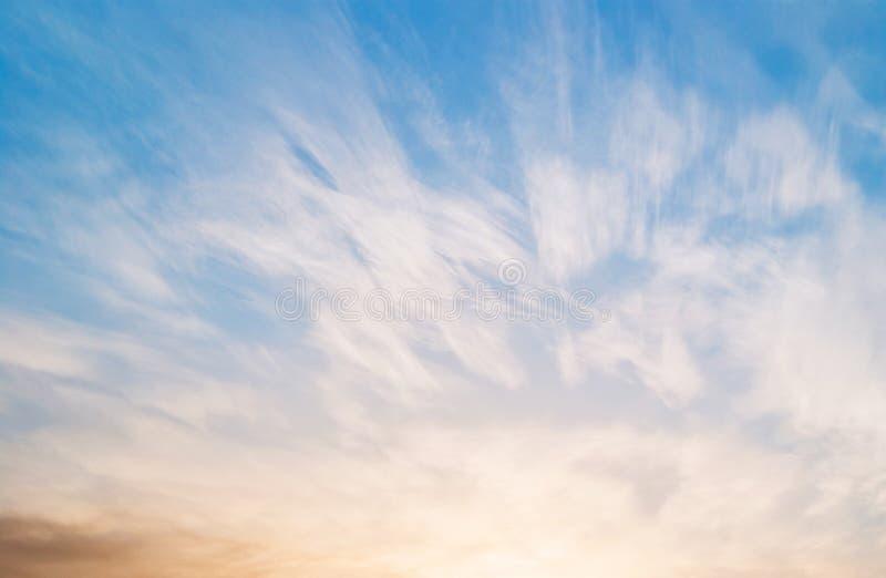 Blåttsky med moln arkivfoto