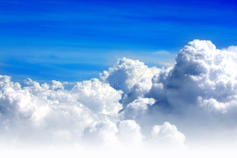 Blåttsky och moln arkivfoto