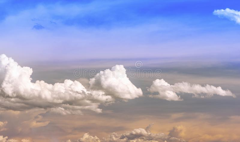Blåttsky och moln i sommaren arkivfoto