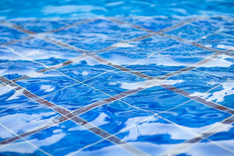 Blåtttegelplattor i simbassängen arkivbilder