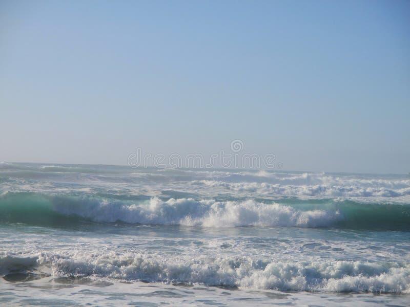 Blåttvågor - blå himmel på Jade Cove, Kalifornien, stora Sur royaltyfria bilder