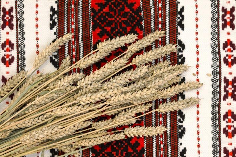 Blé sur le fond fleuri traditionnel ukrainien ethnique photo stock