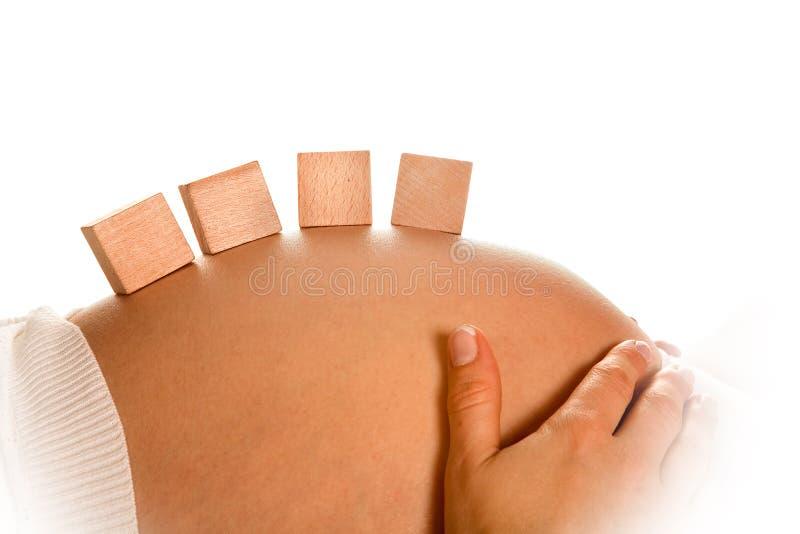 Blöcke auf schwangerem Bauch stockfotos
