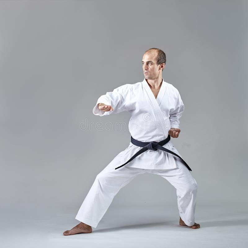 Blöcke werden von einem erwachsenen Athleten ausgebildet stockbild