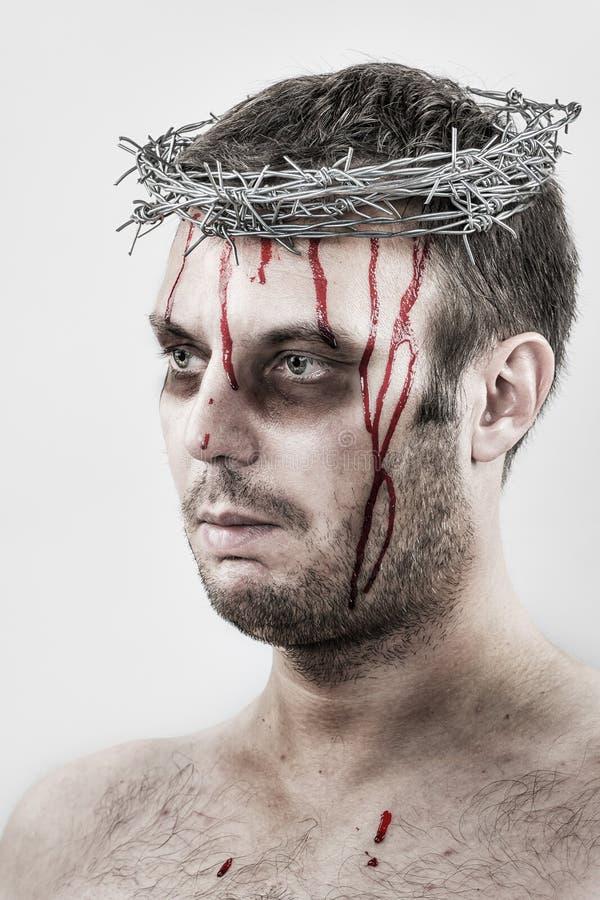 Blödande man med kronan av försett med en hulling - tråd arkivfoton
