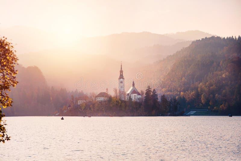 Blödd sjö i solnedgången royaltyfria foton