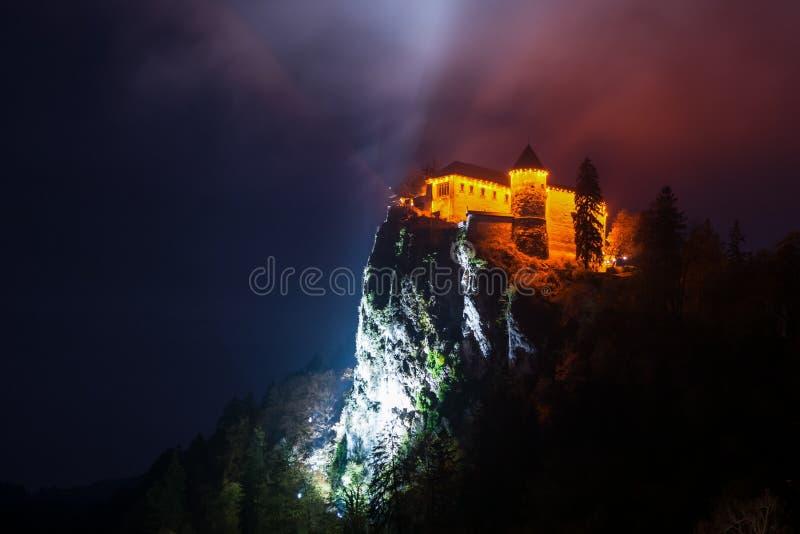 Blödd slott på natten royaltyfri foto