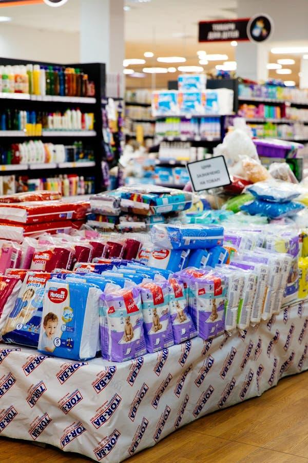 Blöjor för barn i ett stort lagernätverk Behandla som ett barn blöjan och behandla som ett barn stolavsnitt i en supermarket royaltyfri foto