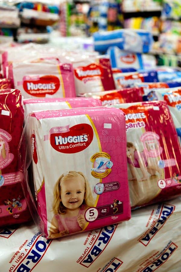 Blöjor för barn i ett stort lagernätverk Behandla som ett barn blöjan och behandla som ett barn stolavsnitt i en supermarket royaltyfria bilder