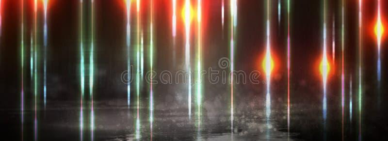 Blöta asfalt efter regn, reflexion av neonljus i pölar Ljusen av natten, neonstad abstrakt bakgrundsdark arkivfoton