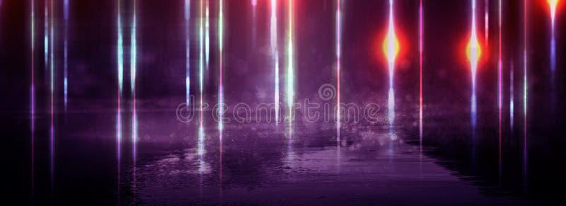 Blöta asfalt efter regn, reflexion av neonljus i pölar Ljusen av natten, neonstad abstrakt bakgrundsdark royaltyfria foton