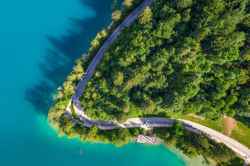 Blött Slovenien - blödde den färgade sjön för härlig turkos från över med träd och det lilla fartyget på vattnet arkivfoto