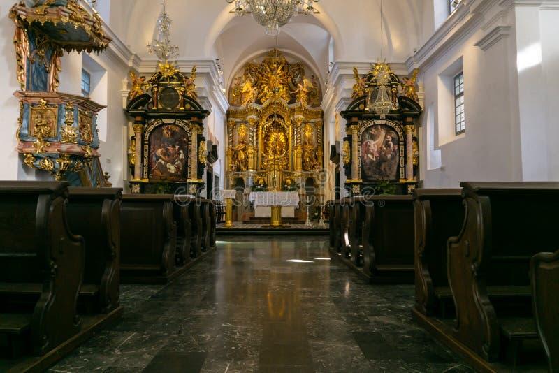 Blött Slovenien - 9 2 2019: Inre sikt av den Franciscan kyrkan av förklaringen - kyrka på Bled ön, Slovenien arkivfoto