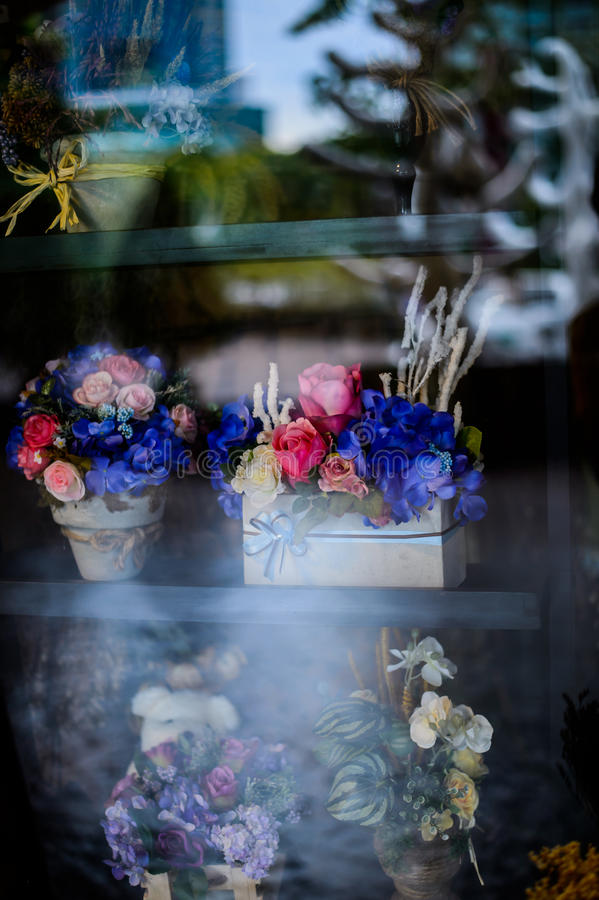 Blühen Sie in der Topfweinleseart, im Feiertag und in heiratendem Blumen-decorati stockbild