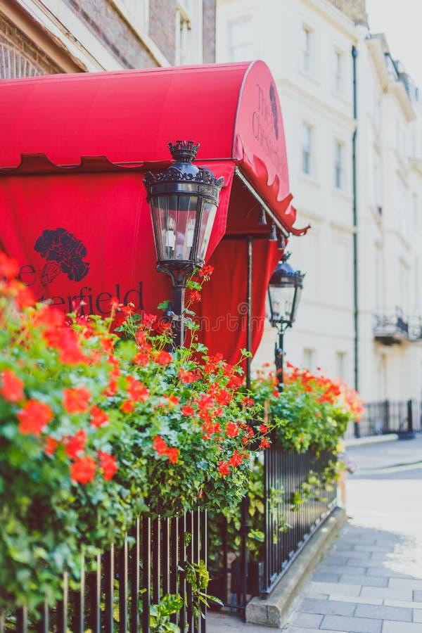 Blühen Sie Detail einer Straße in Mayfair, in einem reichlichen Bereich von Lon stockfoto