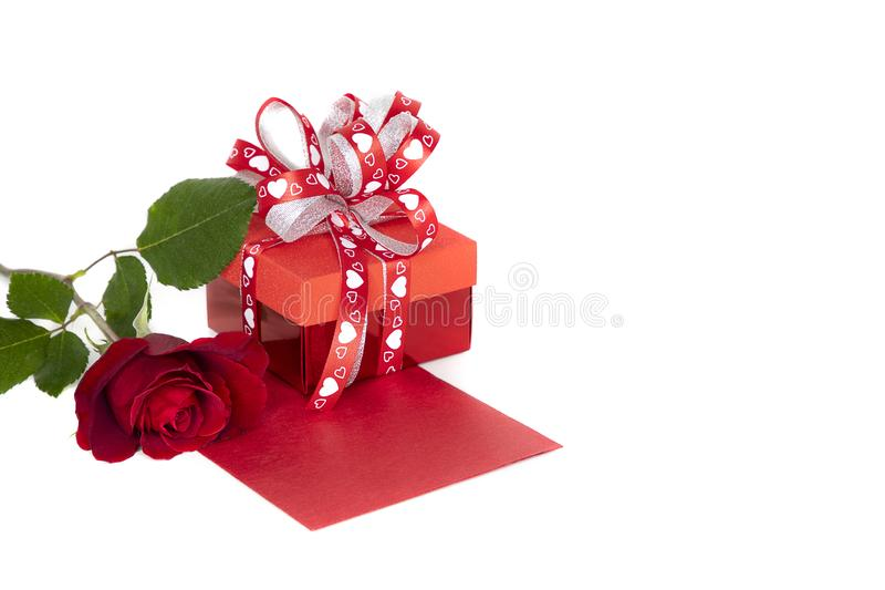 Blühende rote Rose und roter Präsentkarton lizenzfreies stockfoto