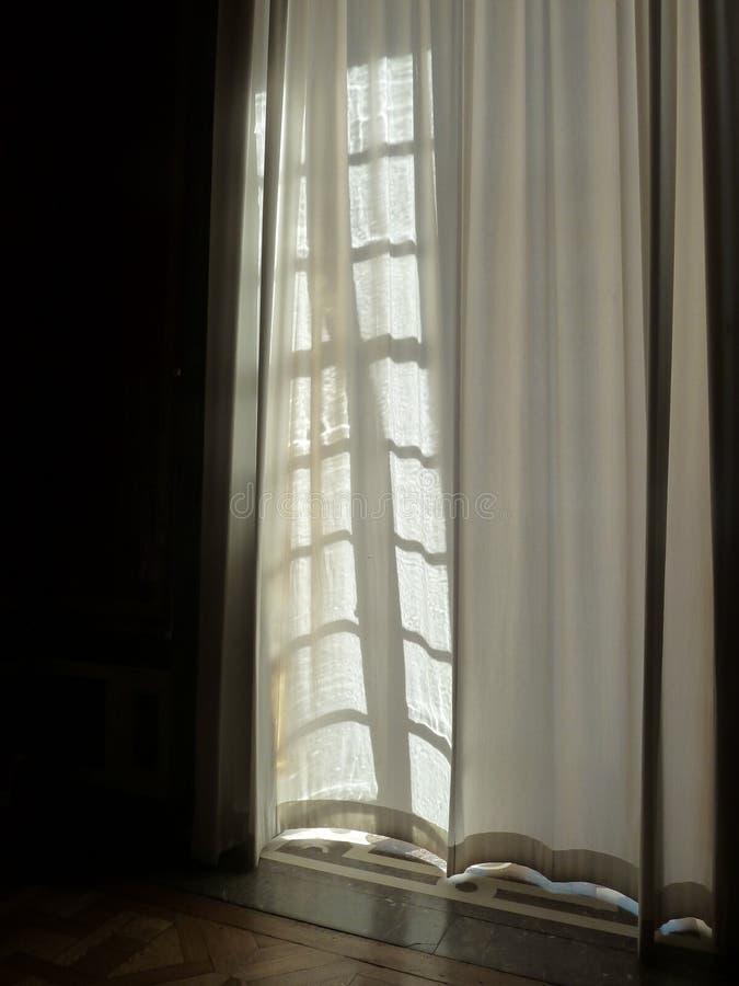 Blühende weiße Vorhänge in der Brise lizenzfreies stockbild