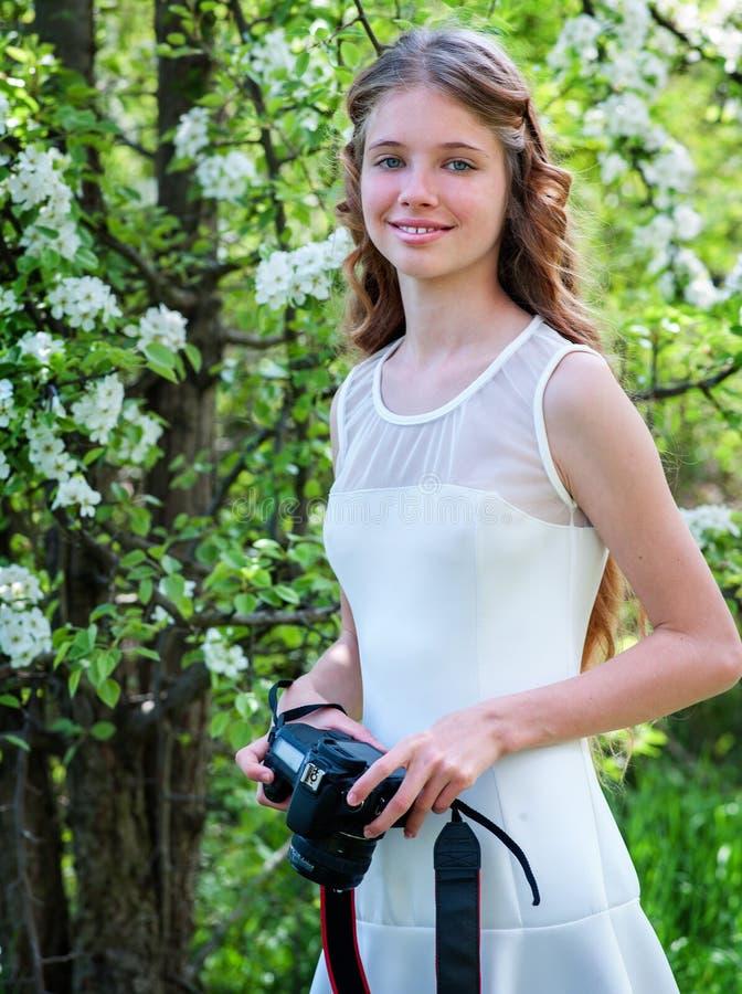 Blühender Baum der Mädchenphotographien stockbilder