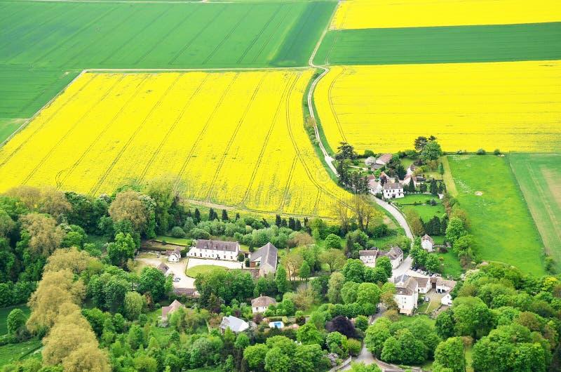 Blühendes Rapssamenfeld um die französische Landschaft von den Höhen lizenzfreies stockbild