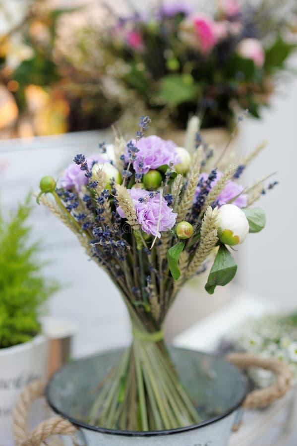 Blüht Blumenstrauß am Blumenladen lizenzfreie stockfotos