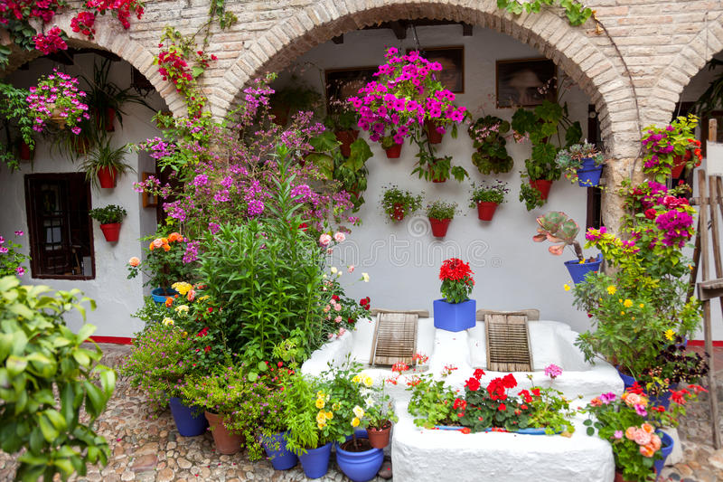 Blüht Dekoration des Weinlese-Hofes, typisches Haus in Cordob stockbilder