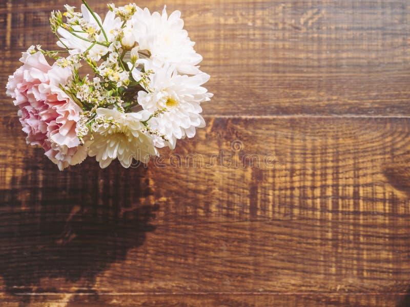 Blüht Gartennelkendekoration auf hölzernem Hintergrund lizenzfreie stockbilder