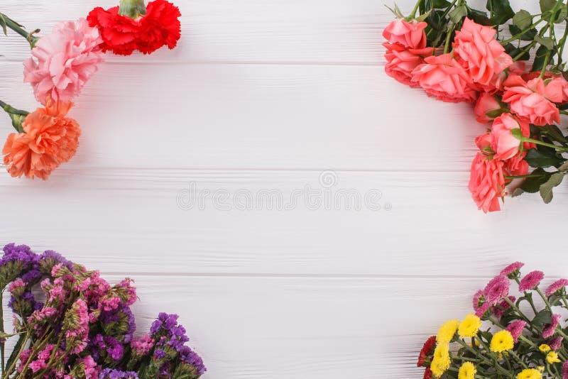 Blüht Zusammensetzung auf weißem Holz lizenzfreies stockfoto