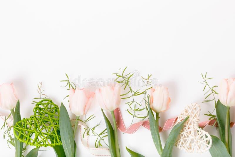 Blüht Zusammensetzung Feld gemacht von den rosa Blumen auf weißem Hintergrund Valentine& x27; s-Tag Flache Lage, Draufsicht lizenzfreie stockfotos