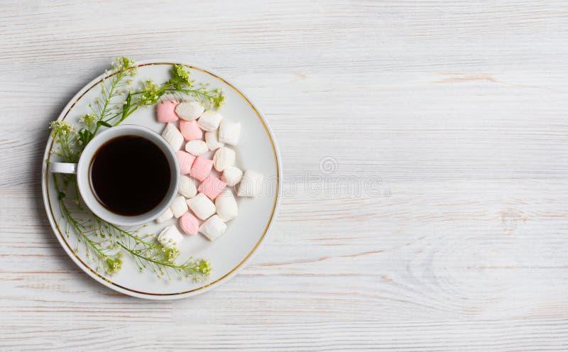 Blüht Zusammensetzung Tasse Kaffee, Trockenblumen und Blätter Draufsicht, flache Lage lizenzfreie stockfotografie