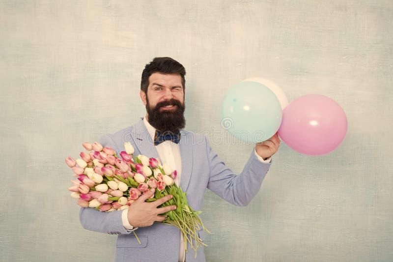 Blütenlieferung Gentleman-Romantik Geburtstagsgrüße Vertrauen und Charisma Bogen des männlich bärtigen Gentleman stockfotografie