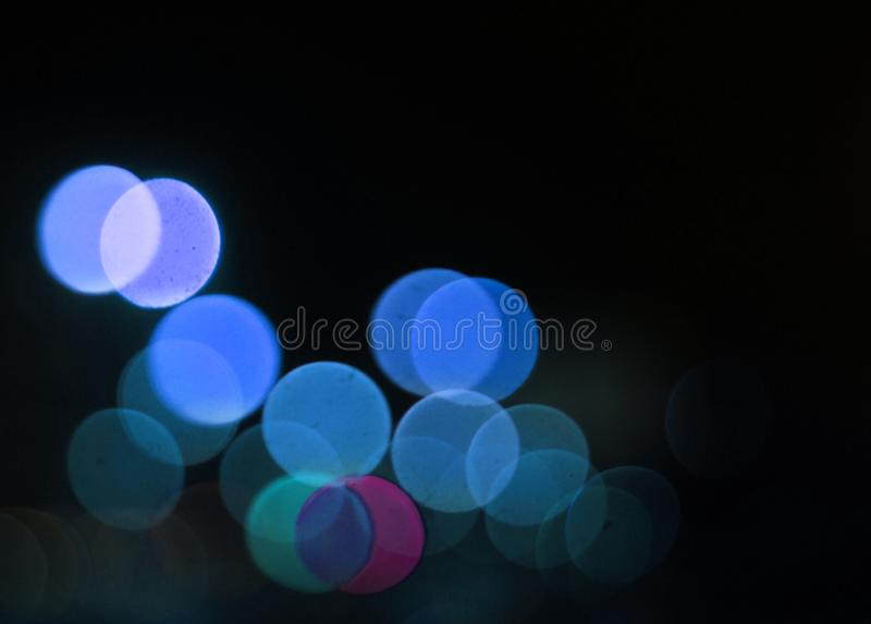 Bl?a defocused ljus p? svart bakgrund royaltyfri fotografi