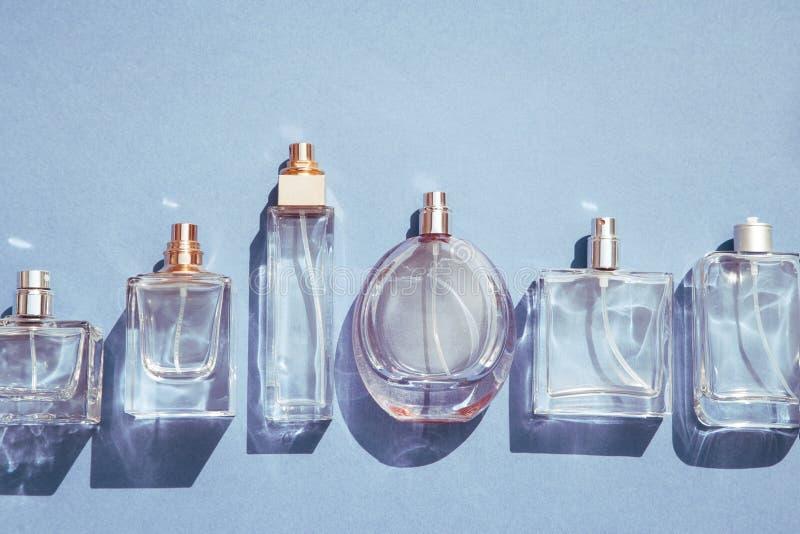 Bl?a doftflaskor f?r exponeringsglas arkivbild