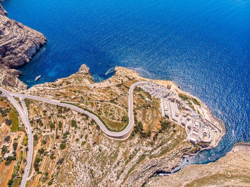 Bl? grotta i Malta Nöjefartyg med turistkörningar Det naturliga bågefönstret vaggar in Flyg- b?sta sikt royaltyfri fotografi