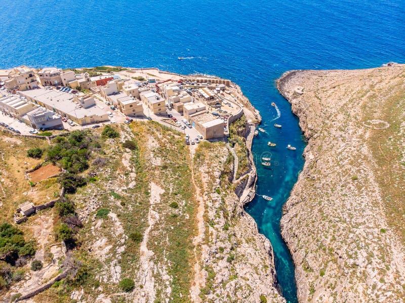 Bl? grotta i Malta Nöjefartyg med turistkörningar Det naturliga bågefönstret vaggar in Flyg- b?sta sikt royaltyfri foto