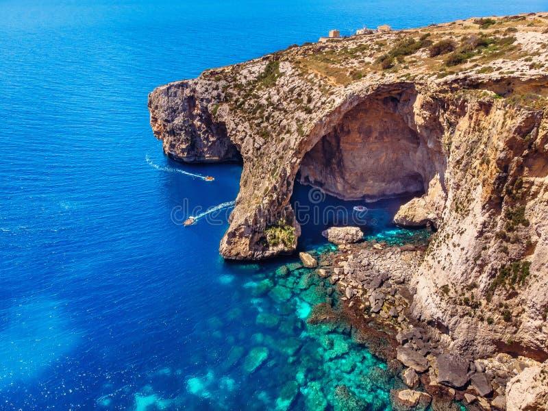 Bl? grotta i Malta Nöjefartyg med turistkörningar Det naturliga bågefönstret i vaggar Flyg- b?sta sikt arkivfoto
