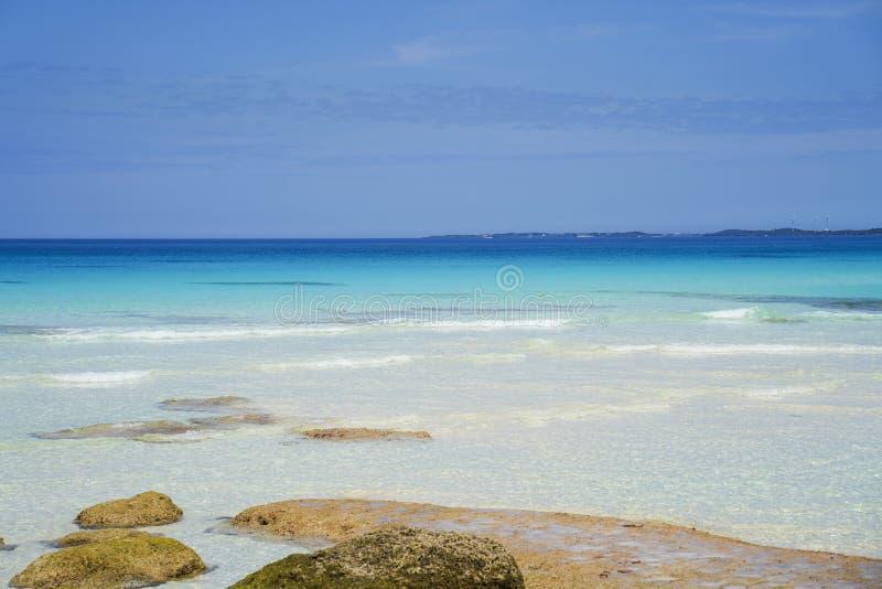bl? havssky Den Sunayama stranden är en annan bedöva strand på Miyakojima med dess vita sand- och smaragdgräsplanvatten arkivbilder