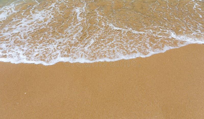 Bl? havv?g p? den sandiga stranden Mjuk v?g av det bl?a havet p? den sandiga stranden Bakgrund Bästa sikt av den härliga stranden royaltyfria bilder