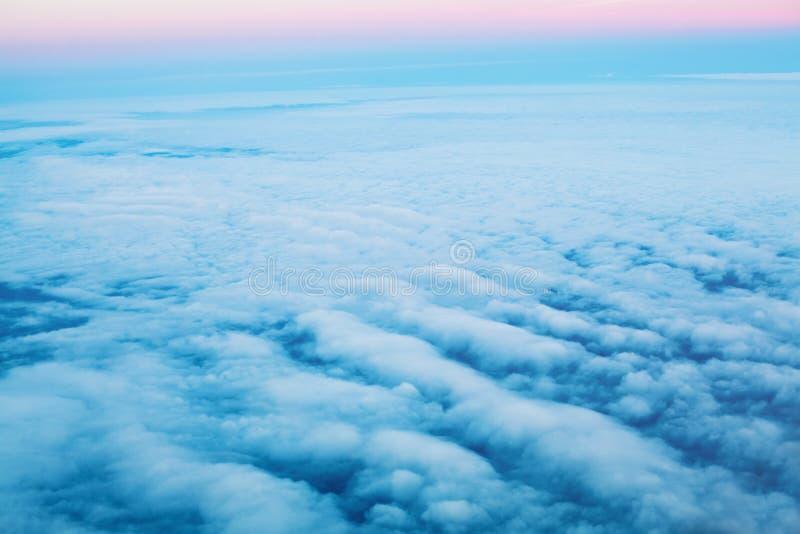 Bl? himmel f?rdunklar bakgrund Himmel ?ver Härligt landskap med moln och gryning royaltyfri fotografi