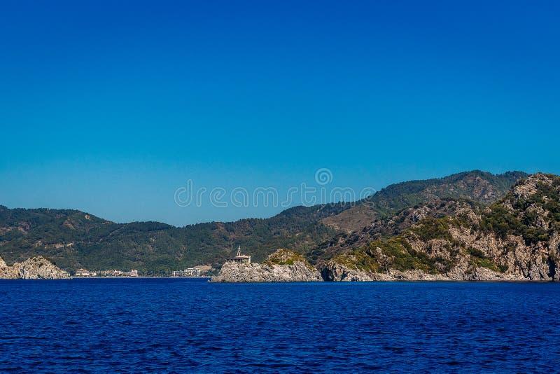 Bl? himmel, h?ga berg och bl?tt hav av Marmaris i sommar Bedöva seascape av Turkiet royaltyfri fotografi