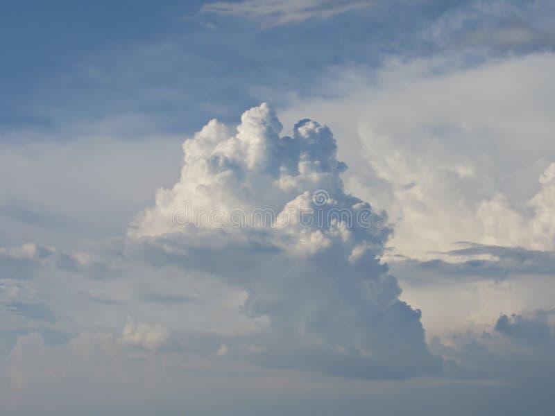 Bl? himmel i vita och fluffiga moln royaltyfri fotografi