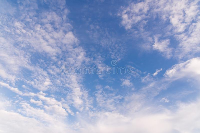 Bl? himmel med metalliska moln f?r bakgrund arkivfoton
