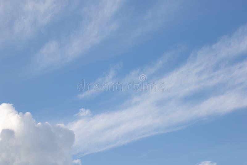 Bl? himmel med moln i sommar royaltyfria bilder