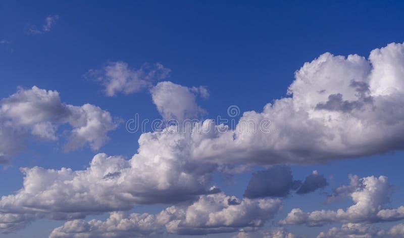 Bl? himmel med moln, stackmoln Bakgrund natur royaltyfria foton