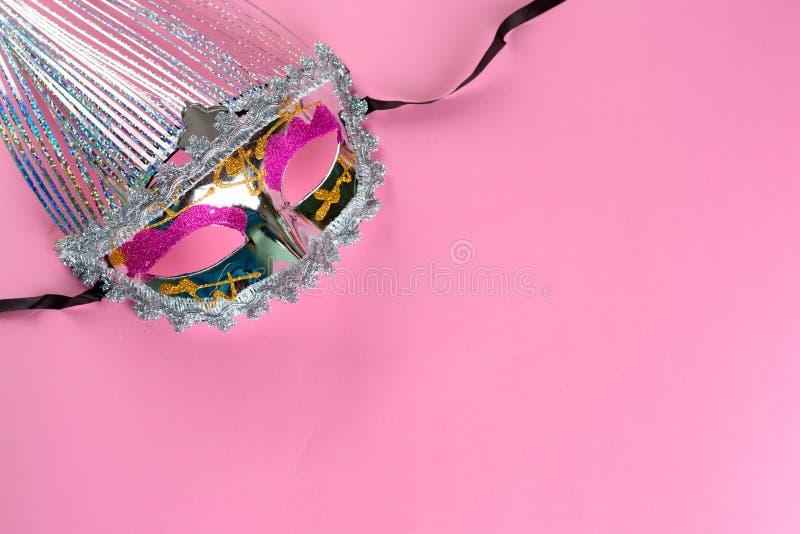 Bl?nka karnevalmaskeringen p? rosa bakgrund arkivbilder