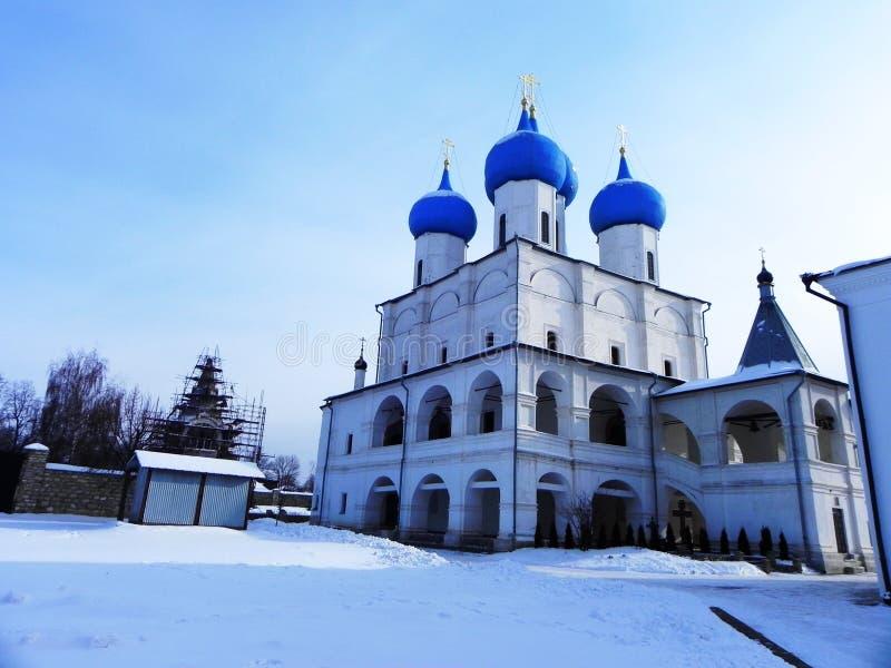 Bl?a och guld- kupoler p? kyrkan H?rliga kupoler p? den ryska kyrkan Detaljer och n?rbild fotografering för bildbyråer